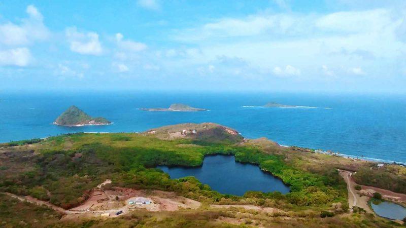 Der Welcome Stone im Norden von Grenadan mit Blick auf Sugar Loaf Island, Sandy Island und Green Island