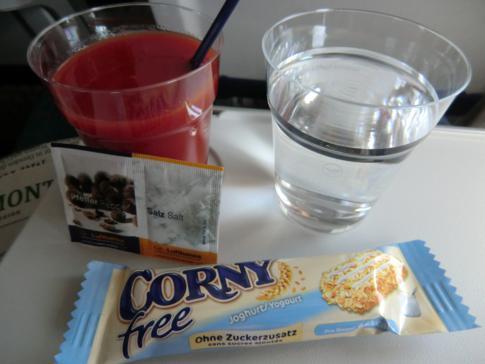 Corny-Riegel, Wasser und Tomatensaft auf dem Lufthansa-Flug