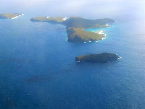 Blick auf die Isle a Quatre und Petit Nevis während des Fluges mit Grenadine Airways