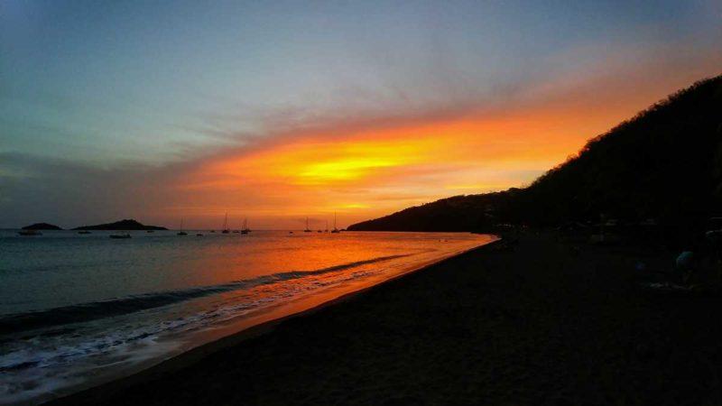 Sonnenuntergang an der Plage de la Malendure auf Guadeloupe