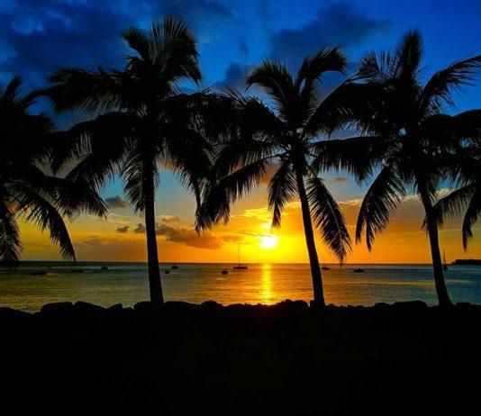 Ein spektakulärer Sonnenuntergang in Bouillante auf Basse-Terre in Guadeloupe