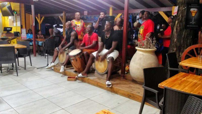 Musik und Tanz am Plage de la Malendure auf Basse-Terre