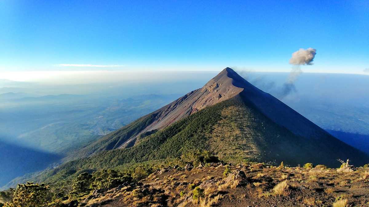 Blick auf den Fuego-Vulkan während der Wanderung auf den Acatenango
