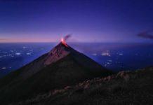 Der beeindruckende Fuego-Vulkan während eines Ausbruchs bei Nacht