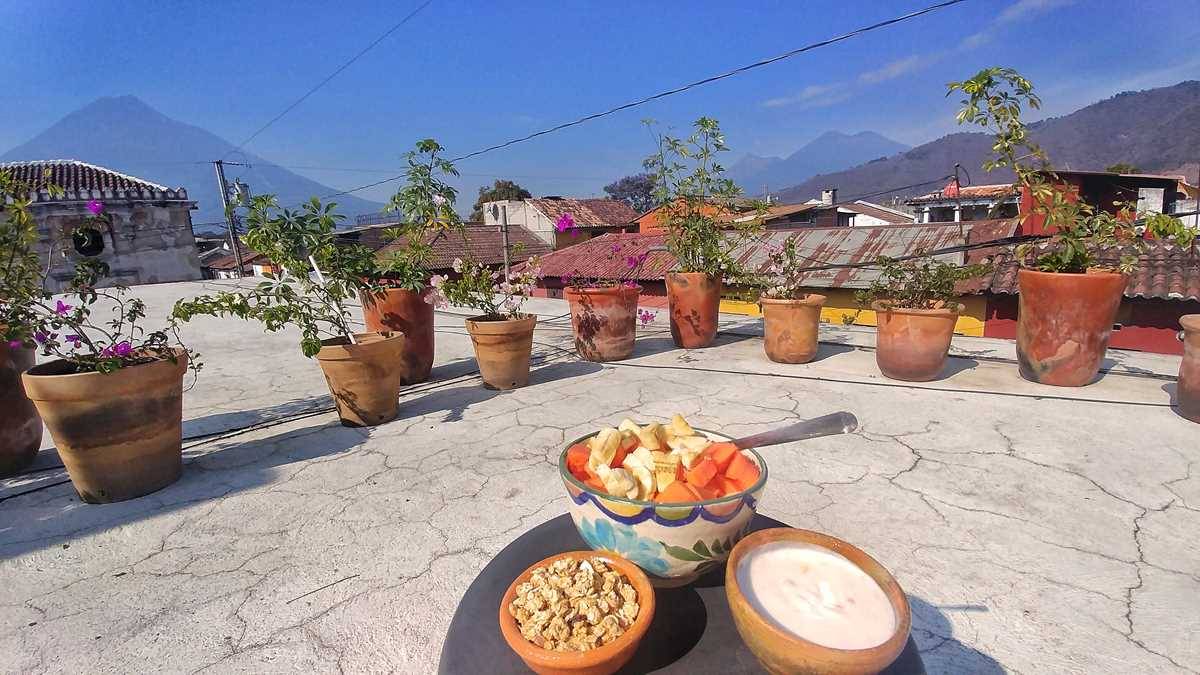 Ausblick vom Ojala Hotel auf die drei Vulkane vor den Toren Antiguas: Agua, Fuego und Acatenango