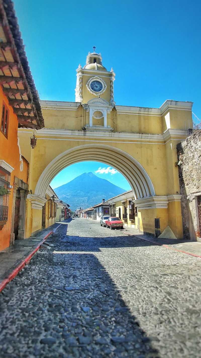 Der Arco de Santa Catalina mit dem Vulkan Agua im Hintergrund, eine der Sehenswürdigkeiten in Antigua