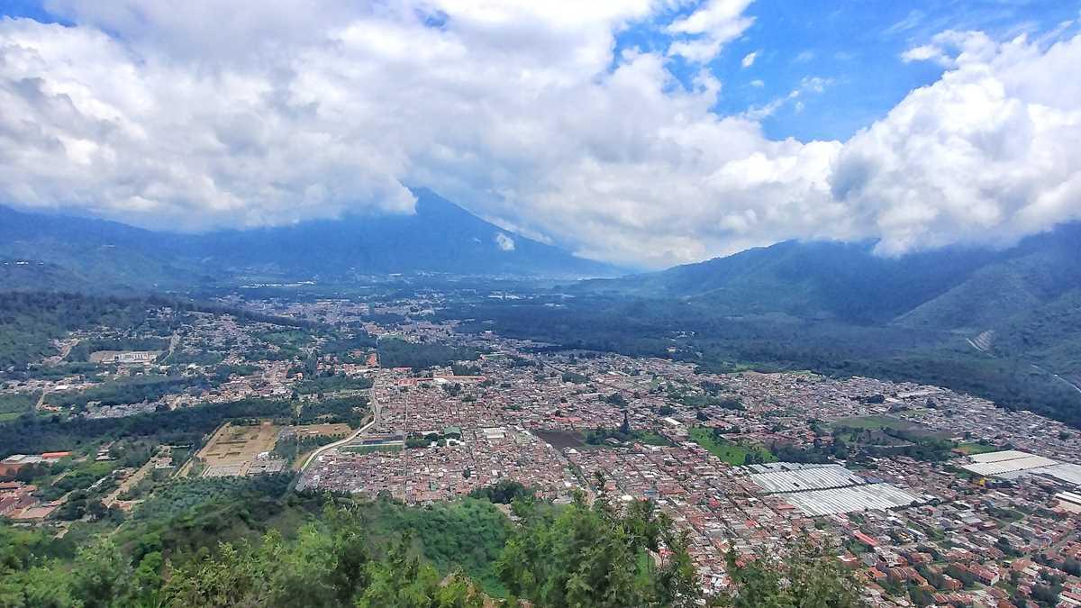 Ausblick auf Antigua, Jocotenango sowie den Vulkan Agua