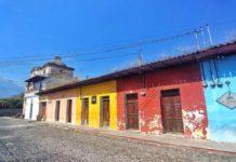 Die bunten Farben und historischen Häuser der Kolonialstadt Antigua in Guatemala