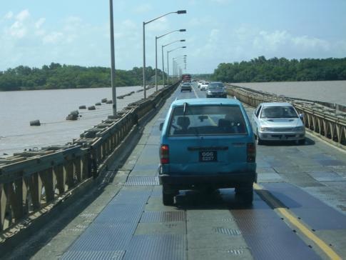 Die Demerara Bridge, längste Pontonbrücke außerhalb der USA