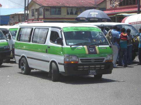 Ein typischer Minibus in Guyana