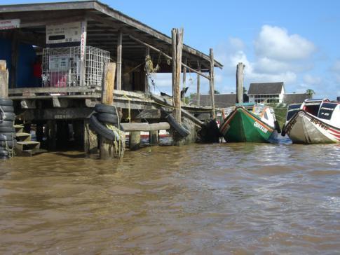 Der Hafen von Parika am Essequibo River