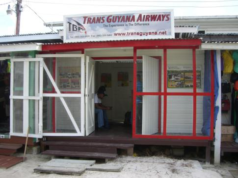 Check-In für den Flug mit Trans Guyana Airways in der City von Bartica