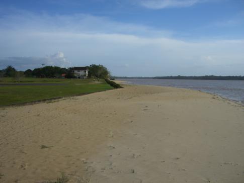 Der Strand von Baganara Island, direkt neben dem Bartica Airport