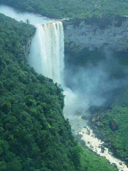 Atemberaubender Anflug auf die Kaieteur Falls