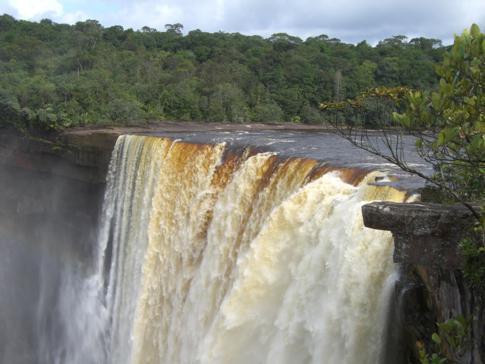 Wilde Wasserfälle im Roraima-Massiv