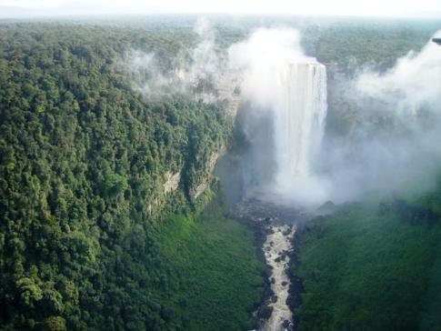 Ausblick während des Fluges auf die beeindruckenden Kaieteur Falls von Guyana