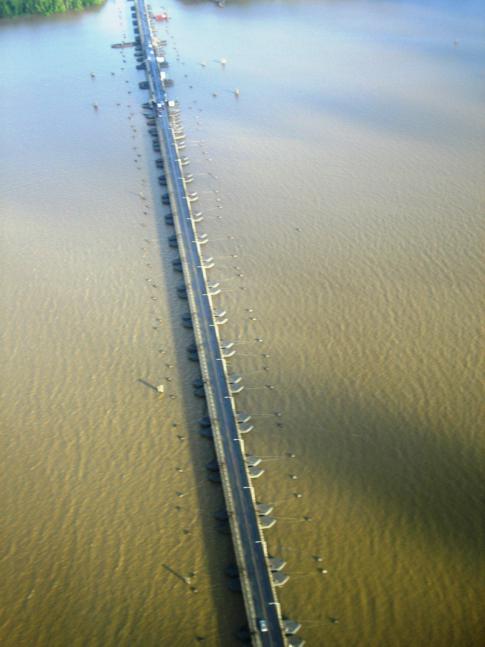 Die Pontonbrücke Demerara Harbour Bridge aus der Lift