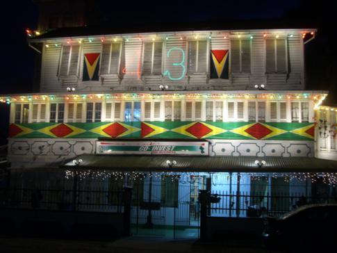 Ein für den Nationalfeiertag dekoriertes Haus auf der Camp Street
