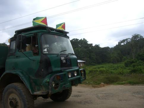 Ein für Guyana typischer Bedford-Truck auf der Straße von Bartica nach Potaro