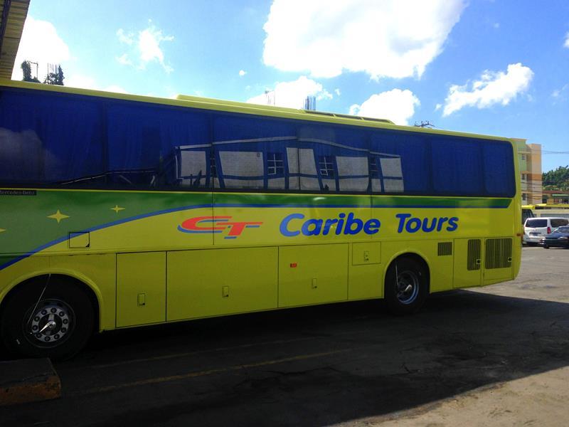 Ein typischer Caribe Bus Tours, der aus der Dominikanischen Republik Port-au-Prince und Cap-Haitien anfährt