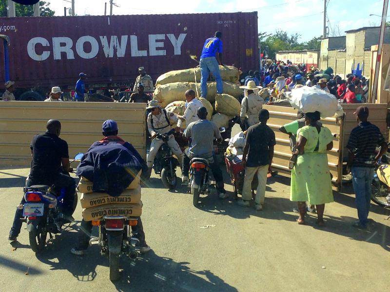 Hektisches Treiben an der Grenze zwischen der Dominikanischen Republik und Haiti