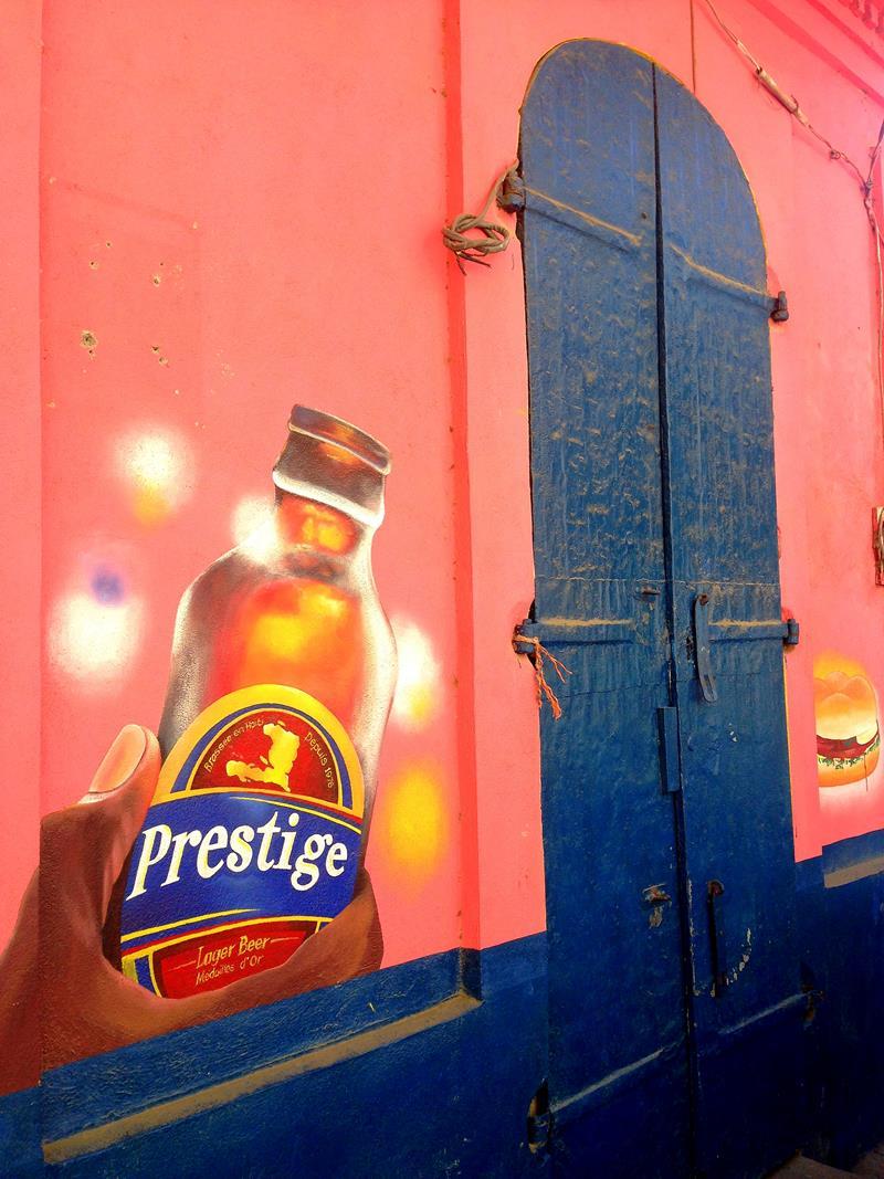 Ein Mural von Prestige, dem Nationalbier von Haiti