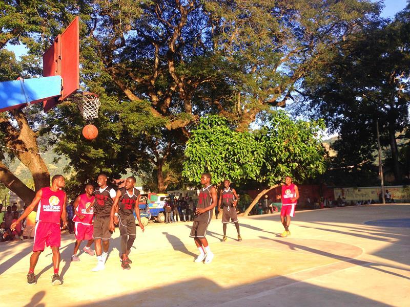 Basketballspiel in einem Dorf in Haiti
