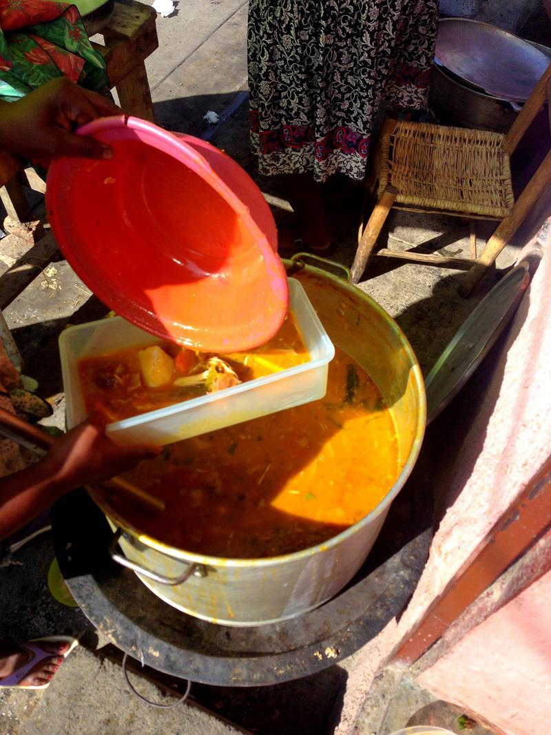 Straßenessen in Haiti, hier Soup Joumou, eine leckere Kürbissuppe