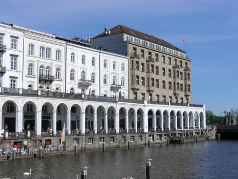 Die Alsterarkaden am Alsterfließ, direkt gegenüber vom Rathausmarkt
