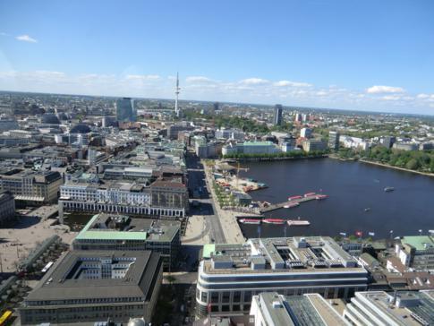 Blick auf die Binnenalster und den Fernsehturm vom Turm der Petrikirche