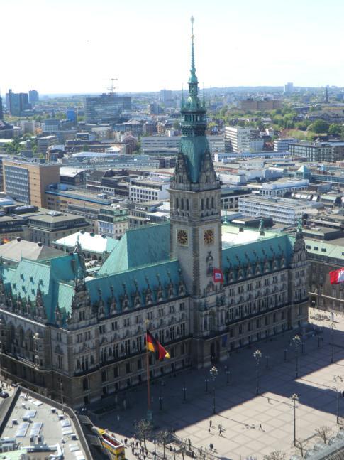 Blick auf das Hamburger Rathaus vom Turm der Petrikirche
