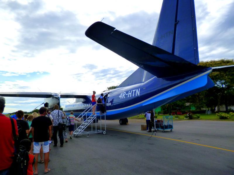 Eine chinesische Xian MA-60 von Helitours in Sri Lanka am China Bay Airport