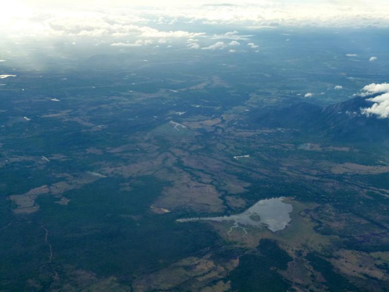 Blick auf die Gegend um Sigiriya während des Fluges mit Helitours nach Colombo