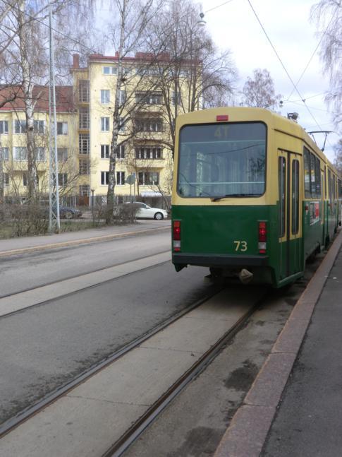 Eine der älteren Straßenbahnen von Helsinki