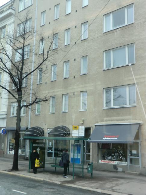Eines der typisch grauen Wohnhäuser im Stadtbild von Helsinki