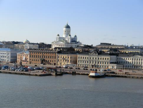 Der Dom von Helsinki in der Silhouette der Stadt