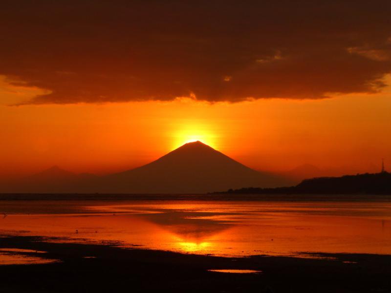 Spektakulärer Sonnenuntergang auf Gili Air mit dem Gunung Agung auf Bali im Hintergrund