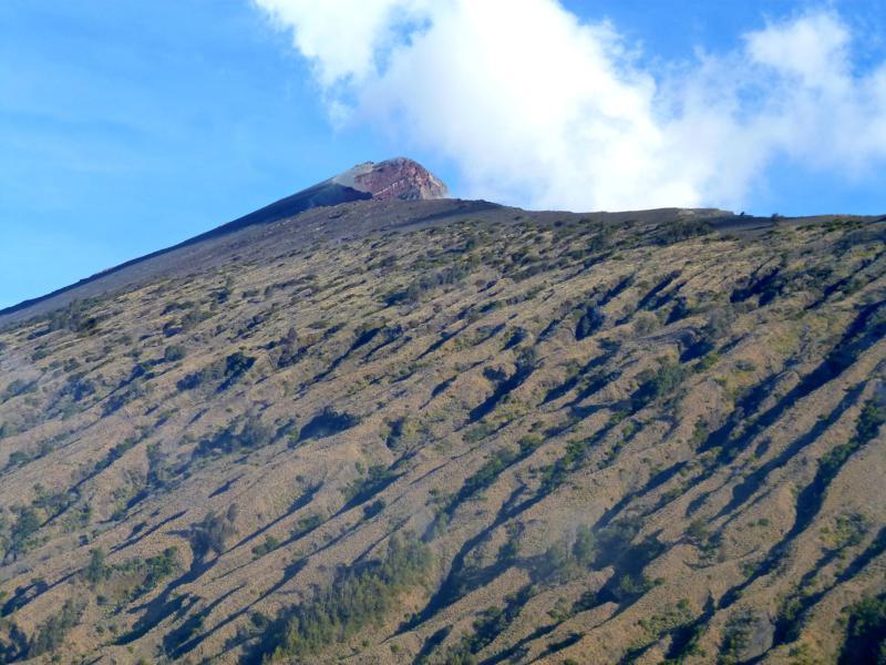 Blick vom Basis-Camp Plawangan 2 auf den Gipfel des Mount Rinjani