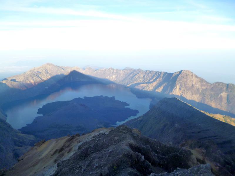 Blick vom Gipfel des Mount Rinjani auf 3.721 Metern