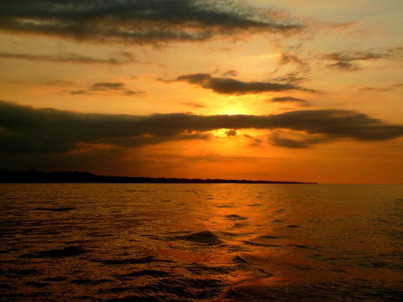 Sonnenuntergang während der Kreuzfahrt von Lombok nach Flores