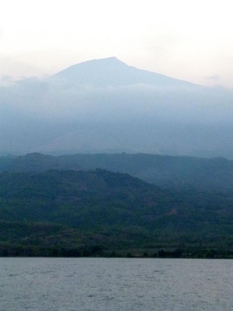 Blick auf den Mount Rinjani auf Lombok während der Bootsfahrt nach Flores