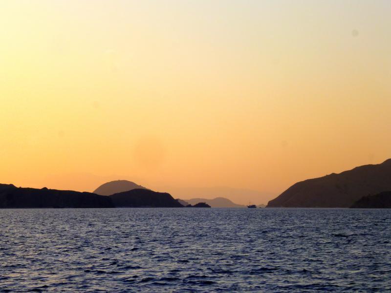 Spektakulärer Sonnenaufgang während der Bootsfahrt von Lombok nach Flores