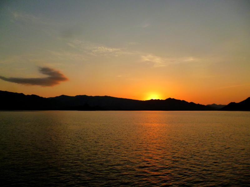 Sonnenuntergang nahe Flores während der Kreuzfahrt