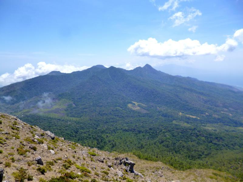 Blick vom Gunung Egon auf die umliegenden Berge