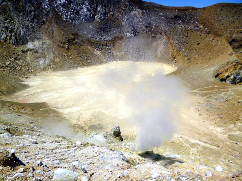 Der rauchende Vulkankrater des Gunung Egon auf Flores