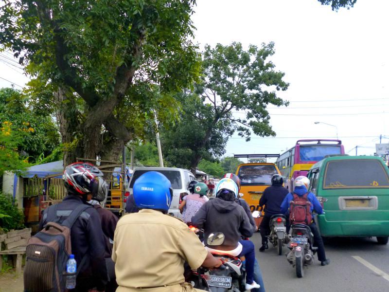 Typisches Bild auf den Straßen von Sumatra - Mopeds und Chaos soweit das Auge reicht