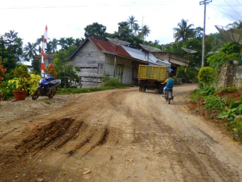 Üble Straßen mit tiefen Schlaglöchern - gängiges Bild auf Sumatra in Indonesien