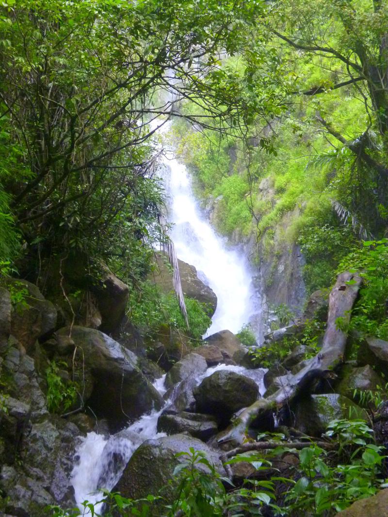 Traumhafter und einsamer Wasserfall am Lake Toba auf Sumatra