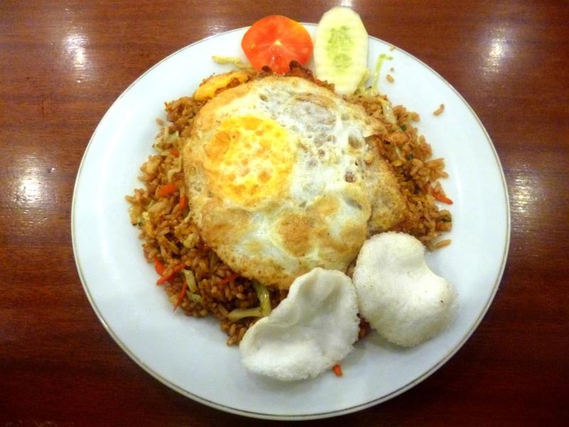 Ein klassisches Nasi Goreng in Indonesien
