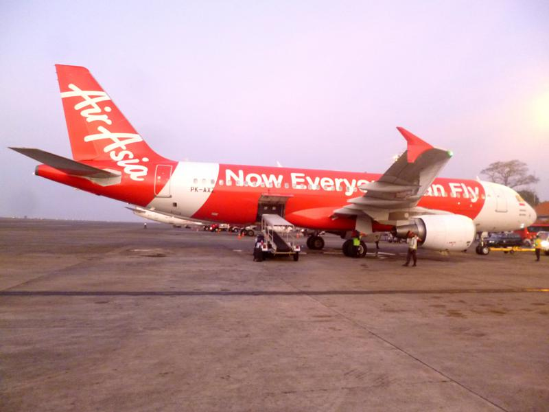 Eine AirAsia-Maschine am Flughafen von Denpasar in Bali
